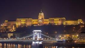 Nachtansicht der berühmten Széchenyi-Hängebrücke mit Buda Castle stock video footage