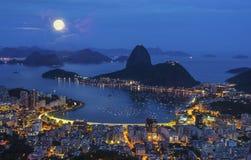 Nachtansicht der BergZuckerhut und des Botafogo in Rio de Janeiro Stockfotos