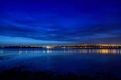 Nachtansicht an der blauen Stunde von Galati-Stadt, Rumänien mit Reflexionen lizenzfreie stockfotos