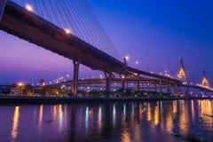 Nachtansicht der Brücke Bhumibol II Lizenzfreie Stockfotos