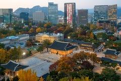 Nachtansicht der Deoksugung Palast- und Seoul-Stadt in der Herbstsaison Stockfotos