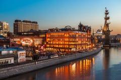 Nachtansicht der Fabrik rote Oktober von der patriarchalischen Brücke Lizenzfreie Stockfotos