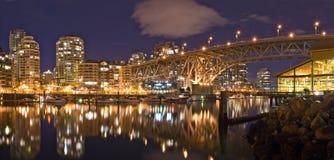 Nachtansicht an der Granville Straßen-Brücke in Vancouver Stockfotografie