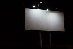 Nachtansicht der großen Anschlagtafel belichtet durch Laternen Lizenzfreie Stockfotos