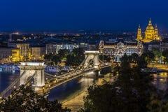 Nachtansicht der Hängebrücke in Budapest Stockbilder