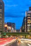 Nachtansicht der Harumi-Straße, die zu Ginza-Bezirk nahe t führt stockbild