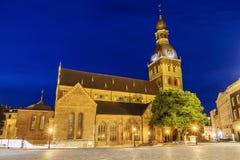 Nachtansicht der Hauben-Kathedrale in Riga, Lettland lizenzfreies stockbild