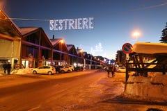Nachtansicht der Haupteingangsstraße nach Sestriere, Turin, Piemont, Italien Lizenzfreies Stockfoto