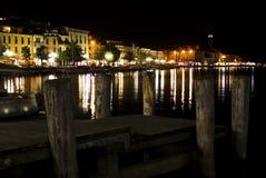 Nachtansicht der italienischen Stadt Salo lizenzfreie stockfotografie