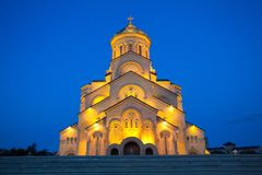 Nachtansicht der Kathedrale der Heiligen Dreifaltigkeit von Tiflis allgemein bekannt als Sameba ist die Hauptkathedrale der georg stockfotografie