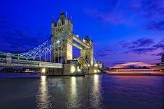 Nachtansicht der Kontrollturm-Brücke in London Stockbild