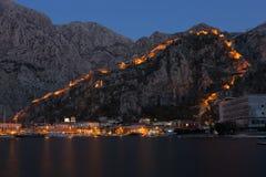 Nachtansicht der Kotor-Festungswand lizenzfreies stockfoto