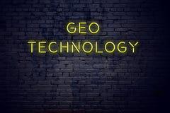 Nachtansicht der Leuchtreklame mit Aufschrift geo Technologie stockbilder