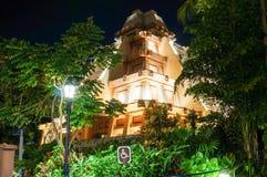 Nachtansicht der Mayapyramide am Weltschaukasten in Disney Epcot Lizenzfreie Stockfotos