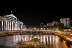 Nachtansicht der Mitte von Skopje Mazedonien stockbilder