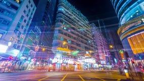 Nachtansicht der modernen Stadt drängte Straße mit belichteten Wolkenkratzern, Autos und gehenden Leuten Hon Kong Geschossen auf  stock video footage