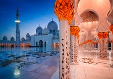 Nachtansicht an der Moschee, Abu Dhabi, Vereinigte Arabische Emirate Lizenzfreies Stockbild