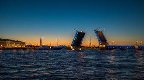 Nachtansicht der Palast-Brücke, St Petersburg, Russland Stockfotografie