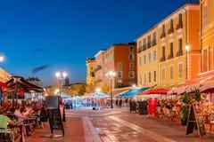 Nachtansicht der schönen Nizza Straße stockfoto