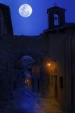 Nachtansicht der schmalen Straße in der Kleinstadt. Stockbild