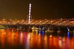 Nachtansicht der Schneckenbrücke und -fliegers Stockbilder