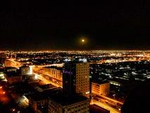 Nachtansicht an der Spitze des Gebäudes auf dem Helipar stockbilder