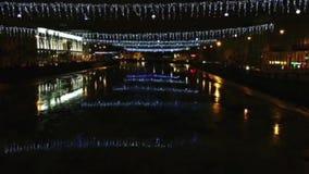 Nachtansicht der Stadt St Petersburg Lichter über dem Fluss stock footage