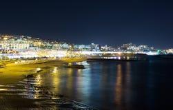 Nachtansicht der Stadt und des Meeres Stockfotos