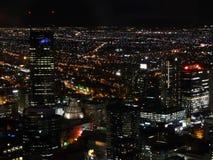 Nachtansicht der Stadt von Melbourne von oben stock abbildung
