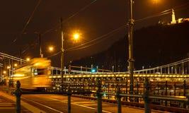 Nachtansicht der Stadttram auf dem Hintergrund der Hängebrücke in Budapest, Ungarn Selektiver Fokus Reisen nach Ungarn stockfoto