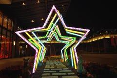 Nachtansicht der Stern-Dekoration an Shin Kong Mitsukoshi Abteilungsspeicher Lizenzfreie Stockfotografie
