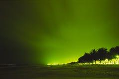 Nachtansicht der Strandstadt Stockbild