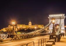 Nachtansicht der Szechenyi-Hängebrücke über der Donau und Royal Palace in Budapest Stockbild