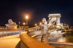 Nachtansicht der Szechenyi-Hängebrücke auf dem Fluss Donau in Budapest Lizenzfreies Stockbild