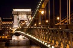 Nachtansicht der Szechenyi-Hängebrücke auf dem Fluss Donau in Budapest Stockbild