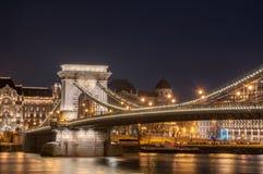 Nachtansicht der Szechenyi-Hängebrücke auf dem Fluss Donau in Budapest Lizenzfreies Stockfoto
