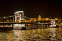 Nachtansicht der Szechenyi-Hängebrücke ist- eine Hängebrücke, die den Fluss Donau zwischen Buda und Plage überspannt, Stockbild