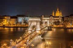 Nachtansicht der Szechenyi-Hängebrücke und der Kirche St Stephen u. x27; s in Budapest Stockfotografie