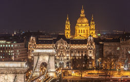 Nachtansicht der Szechenyi-Hängebrücke und der Kirche St Stephen u. x27; s in Budapest Stockbilder