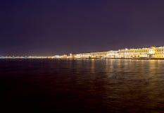 Nachtansicht der Ufergegend StPetersburg lizenzfreies stockbild