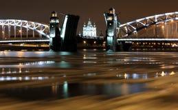 Nachtansicht des Öffnens von Bolsheokhtinsky-Brücke in St Petersburg, Lizenzfreie Stockfotos