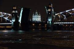 Nachtansicht des Öffnens von Bolsheokhtinsky-Brücke in St Petersburg, Stockbild