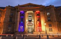Nachtansicht des Arrondissement-Rathauses Mairie DU VE nahe dem Pantheon auf der Montagne Suite Genevieve auf das lateinisch lizenzfreies stockfoto