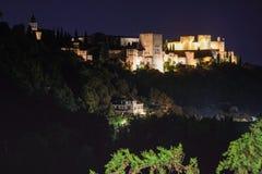 Nachtansicht des berühmten Alhambra-Palastes in Granada von Sacromo Stockbild