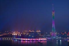 Nachtansicht des Bezirk-Turms in Guangzhou China stockbild