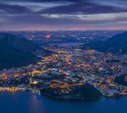 Nachtansicht des cityValmadrera und des Sees Annone stockfoto