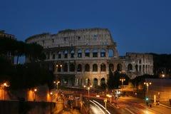 Nachtansicht des Colosseum Stockfotos