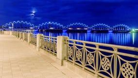Nachtansicht des Dammes in Riga stockbild