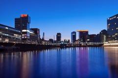 Nachtansicht des Dusseldorf-Medien-Hafens Stockfotos