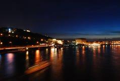 Nachtansicht des Flusses und der schönen Stadt in den Lichtern Stockbild